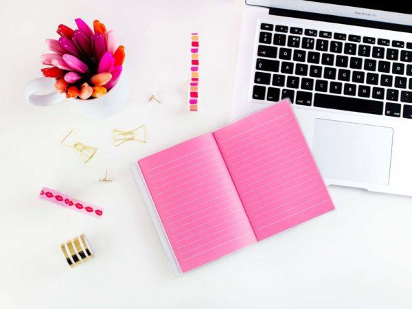 PCとピンクのノート
